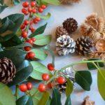 ....ho aggiunto i rametti di sempreverde con bacche rosse, pigne e altri materiali naturali....