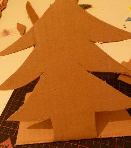 ...disegnate la sagoma di un alberello e con un cutter ritagliatela...