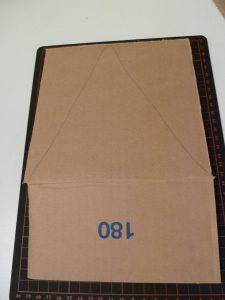 Tagliate da una scatola di cartone un lato con il lembo..