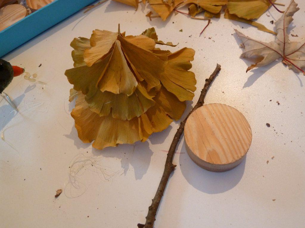 ...con uno scarto di legno e la colla a caldo ho fissato il mio alberello..
