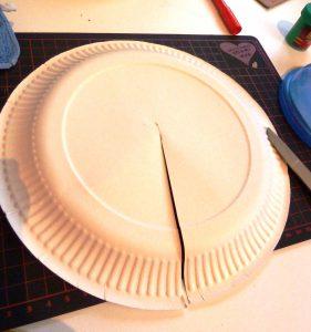 prendete un piatto di carta e fate un taglio fino al centro..