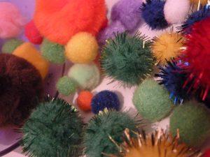 .....abbiamo tirato fuori dalla nostra cassapanca magica un pò di pon pon colorati....